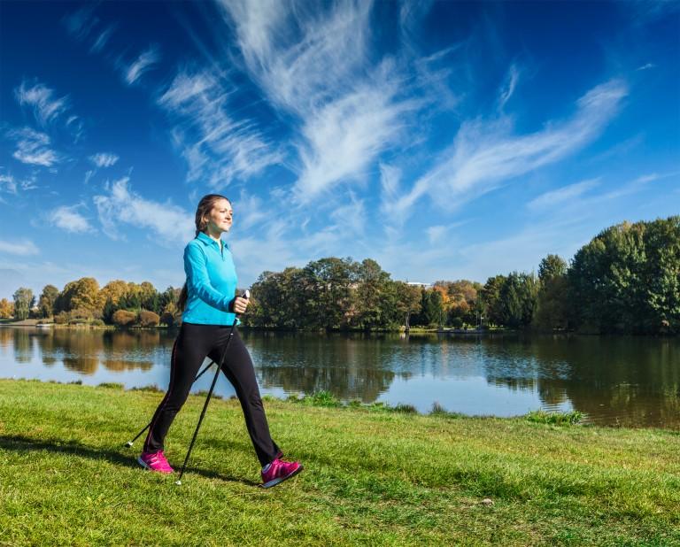 Mit den richtigen Nordic-Walking-Stöcken macht das Walken erst so richtig Spaß. – © f9photos - fotolia.com